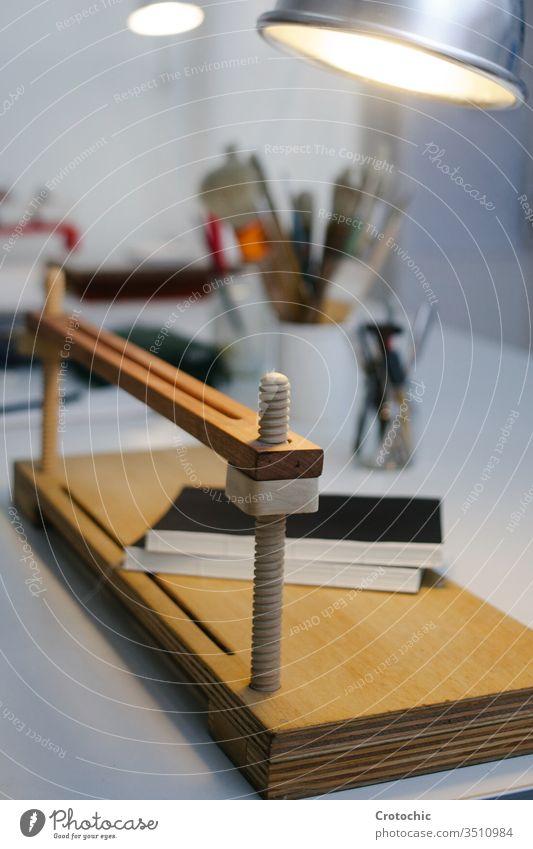 Vertikales Foto einer hölzernen Handpresse in einer Buchbinderei vertikal Presse Holz Kunsthandwerk handgefertigt Papier drucken Bucheinband Gerät künstlerisch