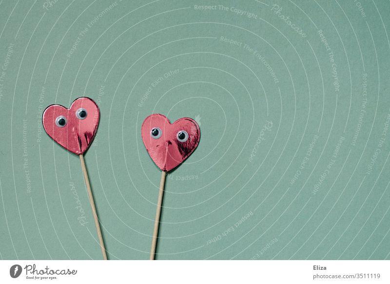 Zwei Herzen mit Wackelaugen, dir sich ansehen. Flirten, Dating, Beziehung und Liebe. flirten Partnerschaft verlieben Romantik Gefühle zusammen Zusammensein