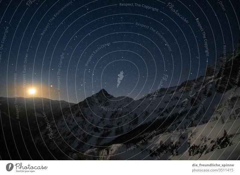 Berge bei Nacht I Sterne Himmel Milchstrasse Außenaufnahme Nachthimmel Astronomie Sternbild Farbfoto Natur sterne Sternschnuppe Galaxie himmelslichter Horizont