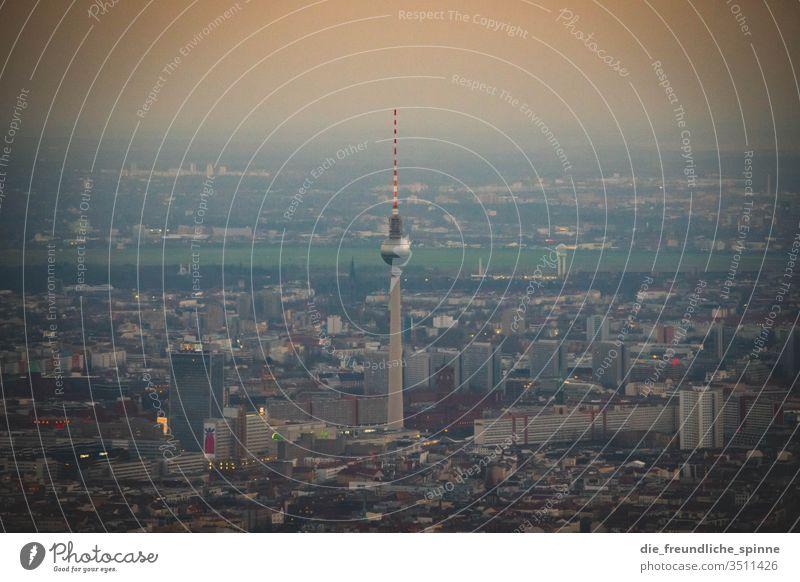 Berlin Skyline Fernsehturm Tempelhofer Feld Berliner Fernsehturm Alexanderplatz Hauptstadt Sehenswürdigkeit Wahrzeichen Turm Außenaufnahme Tourismus