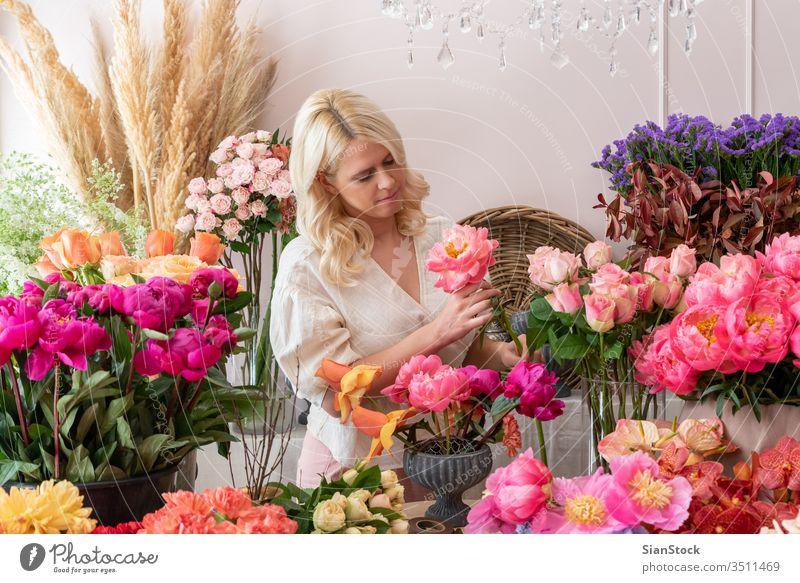 Junge Frau mit Blumen. Vintage, romantisches Konzept. Blumentopf präsentieren frisch Dekoration & Verzierung Geben natürlich Frühling Hand zeigend eingetopft