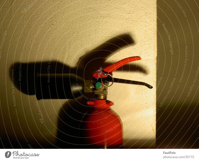 Fireduck Feuerlöscher Wand Halterung Sicherheit rot Dinge Brand Schatten