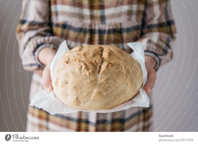 Frau hält leckeres frisches handgebackenes Brot in der Hand, in ihrem Haus, Nahaufnahme handgefertigt gebastelt Mädchen Küchenchef Essen organisch Lebensmittel