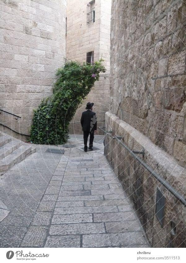 In den Gassen Jerusalems Altstadt schwarzer Anzug Außenaufnahme Israel Judentum Religion & Glaube Jüdisches Viertel
