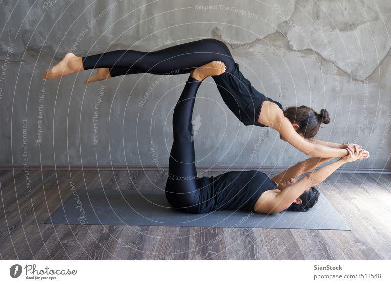 Zwei Frauen, die Partner-Yoga praktizieren Atelier jung Übung Fitness Pose schön Training Körper Person Gesundheit Meditation Hintergrund Erwachsener passen