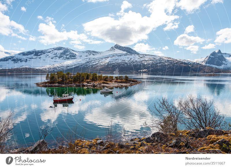 Landschaft mit Insel und Fischerboot auf den Lofoten im Frühling insel küste lofoten meer wasser fischerboot fjord felsen schnee schären norwegen ozean stimmung