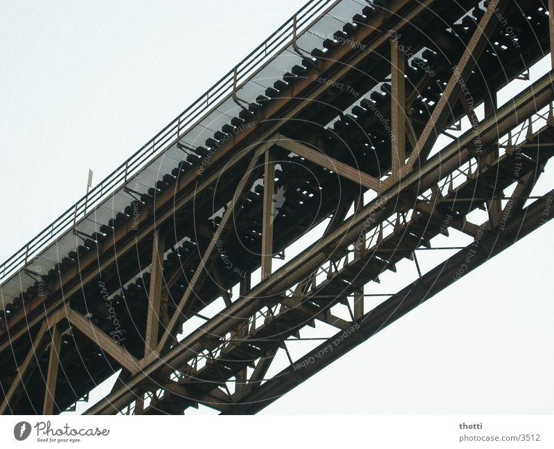 under the bridge Stahl Träger Eisen Brücke Rost Viadukt Eisenbahn Verbindung