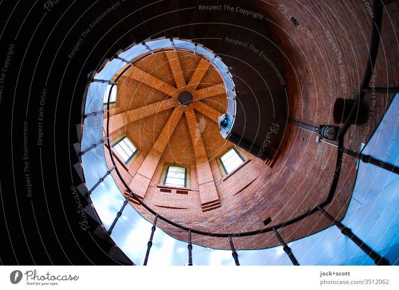 schraubenförmige Treppe mit Turm Architektur Spirale Stimmung ästhetisch Wendeltreppe Farbfoto Strukturen & Formen Menschenleer Schatten Wege & Pfade
