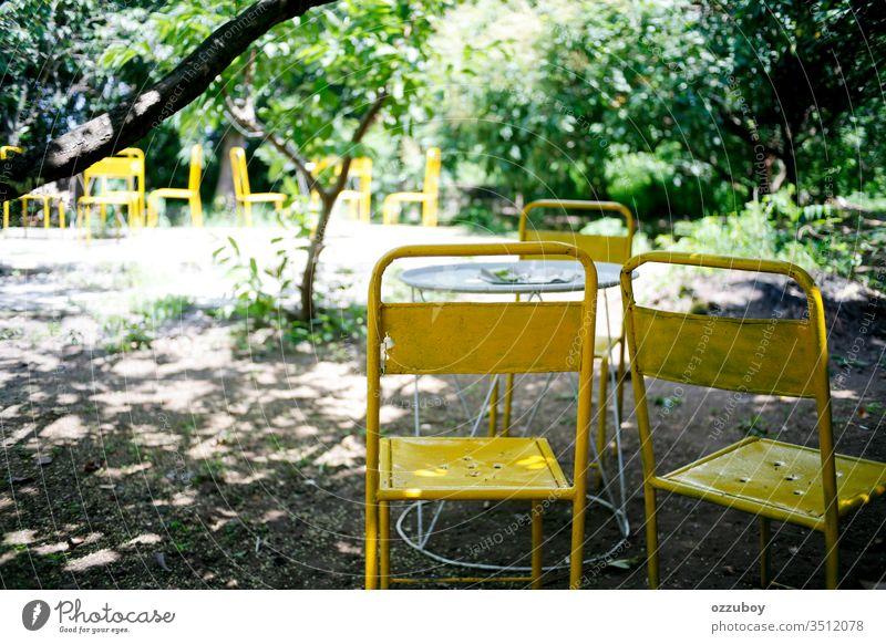 alter Metallstuhl im Park Stuhl gelb Textfreiraum Sitz Selektiver Fokus im Freien Schreibtisch minimalistisch