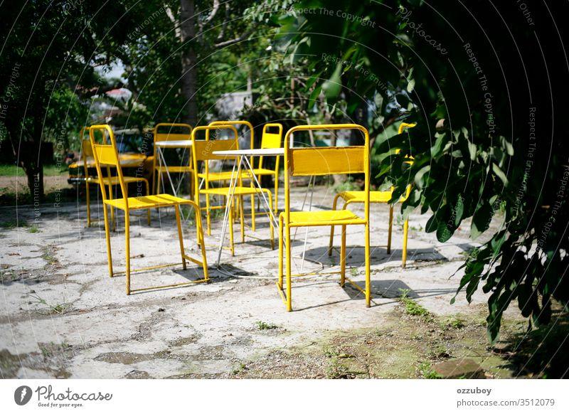 gelber Stuhl im Park Schreibtisch Pflanze Hintergrund Bildende Kunst leer keine Menschen im Freien