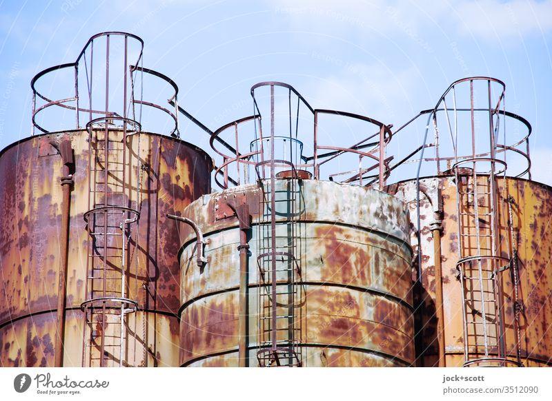 Dreiklang aus Eisen, Sauerstoff und Wasser drei Industriefotografie Himmel Hintergrund neutral Wandel & Veränderung Symmetrie Strukturen & Formen Tank Außenwand