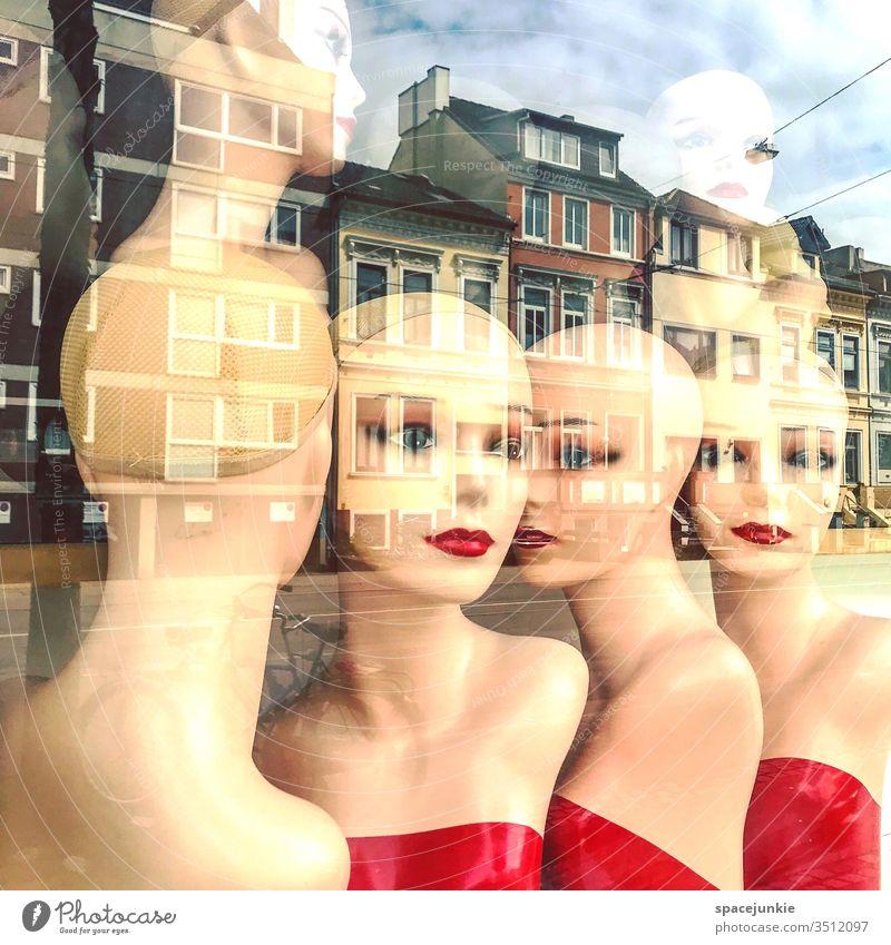 Puppen im Schaufenster Augen Makeup Schminke Traum traumhaft traumhafter Blick Haus Häuser Straße Spiegelbild spiegeln skurril verschwommen Lippen gemeinsam