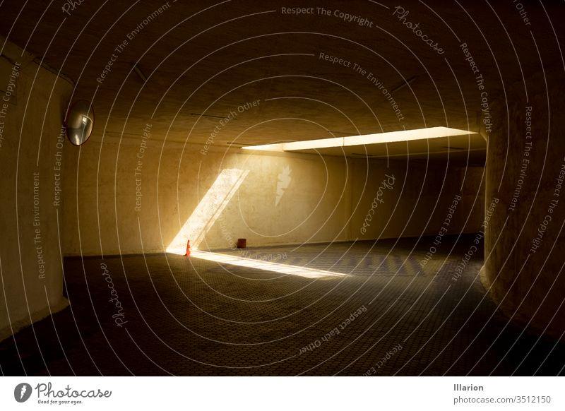 Sonnenlicht in der leeren unterirdischen Kreuzung Leerraum Unterführung Strahlen Sonnenstrahl Zapfen Verkehrsleitkegel Farbfoto Menschenleer Licht Stollen Beton