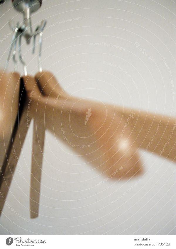abgehängt Holz Bekleidung leer Ordnung mehrere Häusliches Leben hängen Kleiderbügel