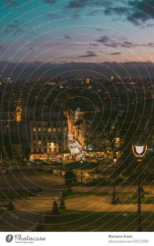 Straßen der Stadt Paris bei Sonnenuntergang. Nachts, Straßenbeleuchtung Lichter Straßenlaternen Himmel Skyline Großstadt Europa Gebäude Natur urban Menschen