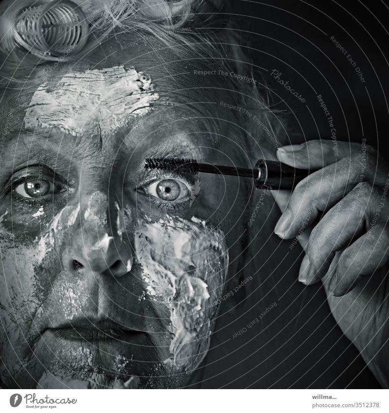 Da hab ich mich nun extra hübsch gemacht Gesicht Frau Schönheitswahn Gesichtsmaske Kosmetik Mascara reife Frau Seniorin Quarkmaske Antifaltenmaske Wimperntusche