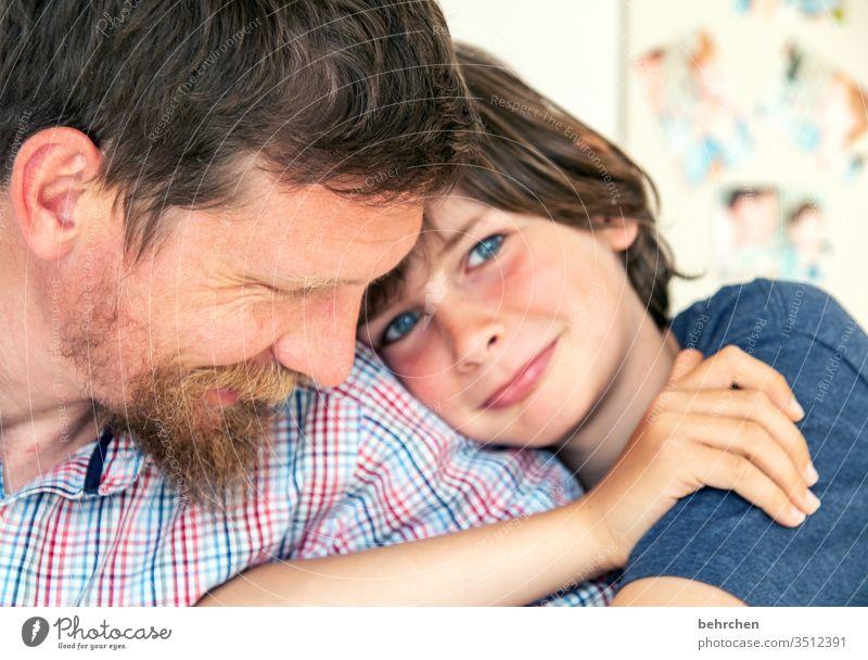 gesundheit | liebe Nähe Kuscheln Porträt Kontrast Licht Tag Detailaufnahme Nahaufnahme Innenaufnahme Farbfoto Sohn Liebe Warmherzigkeit Zusammensein
