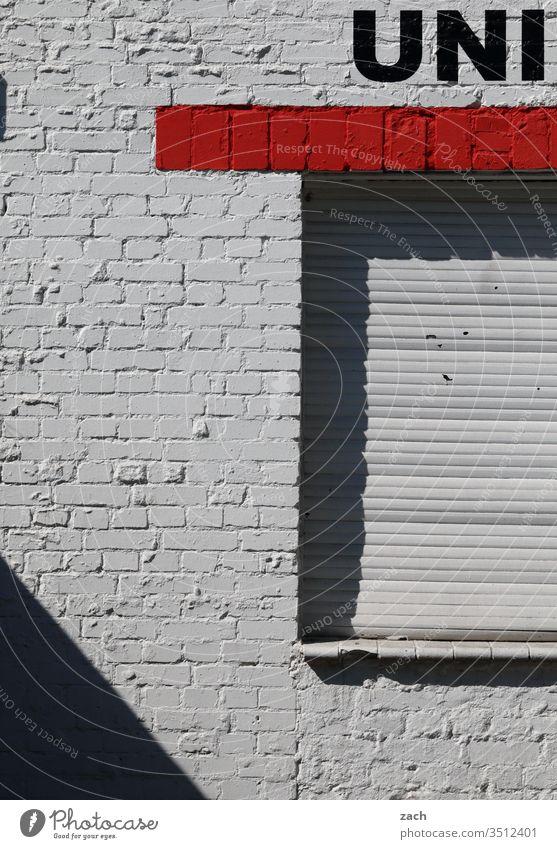 Fassade mit der Aufschrift Uni Buchstaben grau Wand Zeichen Mauer Textfreiraum unten Schriftzug Graffiti Schriftzeichen Textfreiraum oben Gebäude