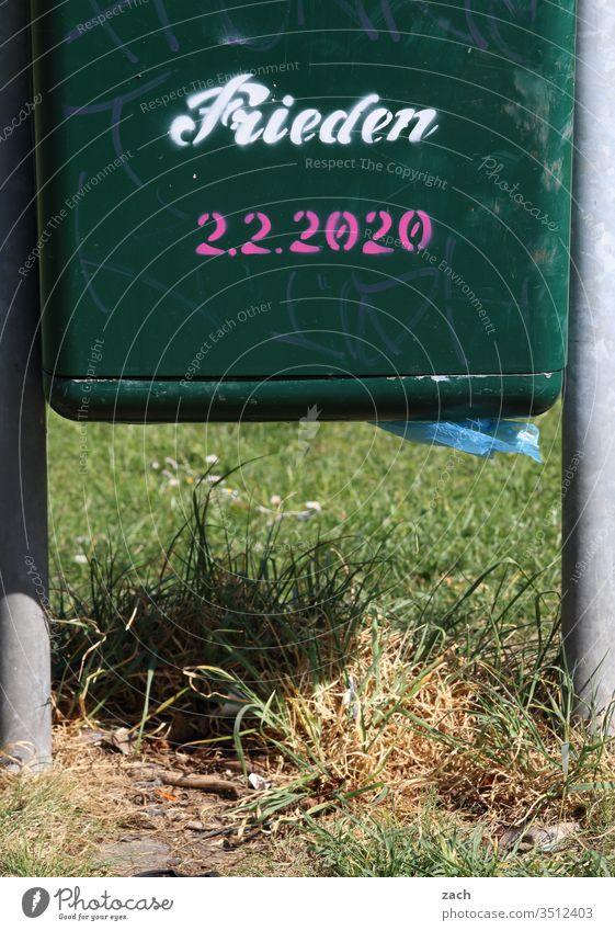 Mülleimer mit einem Grafitti  Frieden Buchstaben Zeichen Mauer Textfreiraum unten Schriftzug Graffiti Schriftzeichen Textfreiraum oben Gebäude Gedeckte Farben