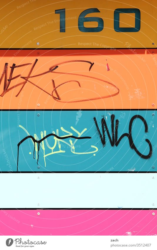 Hausnummer an einer bunten Fassade - 160 Stadt Mauer Wand Tür Architektur Gebäude Linie Hochhaus Hochhausfassade Plattenbau DDR-Architektur Fenster Berlin