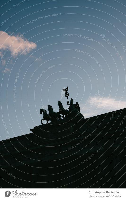 Quadriga auf dem Brandenburger Tor vor blauem Himmel Berlin Architektur Hauptstadt Deutschland Wahrzeichen Sehenswürdigkeit Denkmal Außenaufnahme Farbfoto