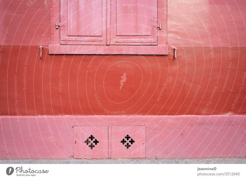 dreierlei rot Wand Coolness Außenaufnahme Fassade Fenster Gebäude Farbfoto Architektur kahl ordentlich minimalistisch Symetrisch klar Menschenleer Haus rosa