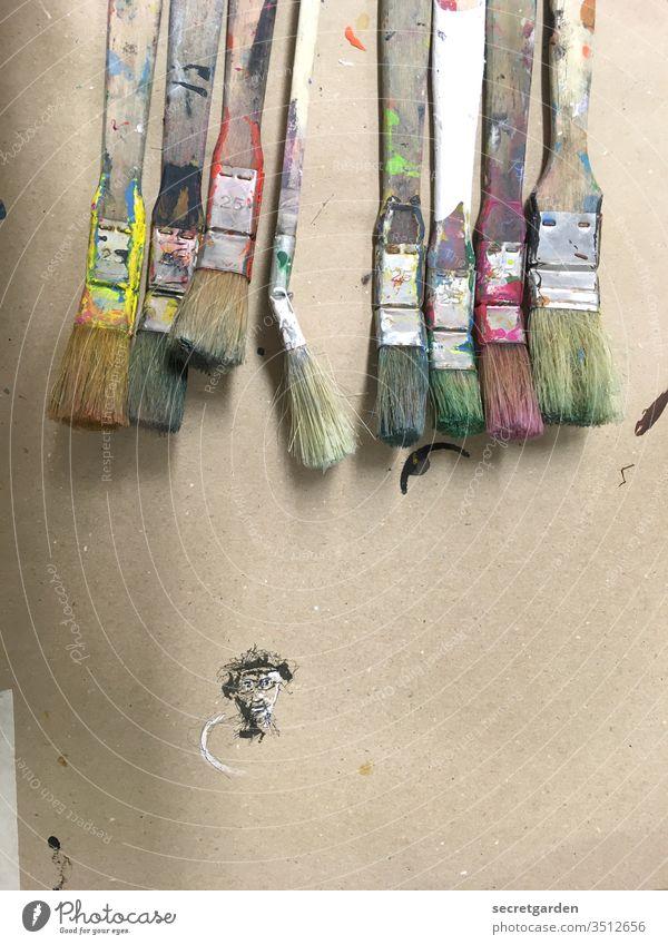 Kreative Phase Pinsel malen Kunst kreativ Kreativität karrikatur Karton bunt Farbe Farbrest dreckig Gesicht minimalistisch Vorbereitung mehrfarbig