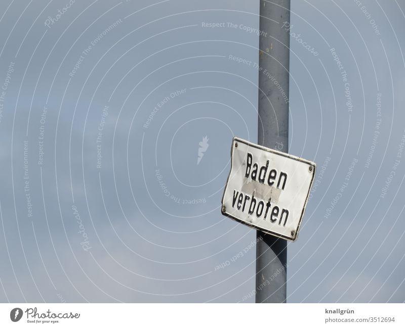 """Verbeultes """"Baden verboten"""" Schild an einem Mast vor bedecktem Himmel Schilder & Markierungen verbeult Verbote bedeckter Himmel Buchstaben Wort Satz Typographie"""