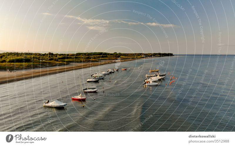Boote im Wasser Tag Menschenleer See Bootsfahrt Wasserfahrzeug Schifffahrt Bootssteg Urlaub Ferien & Urlaub & Reisen Reisebeschränkung Sommerurlaub Tourismus
