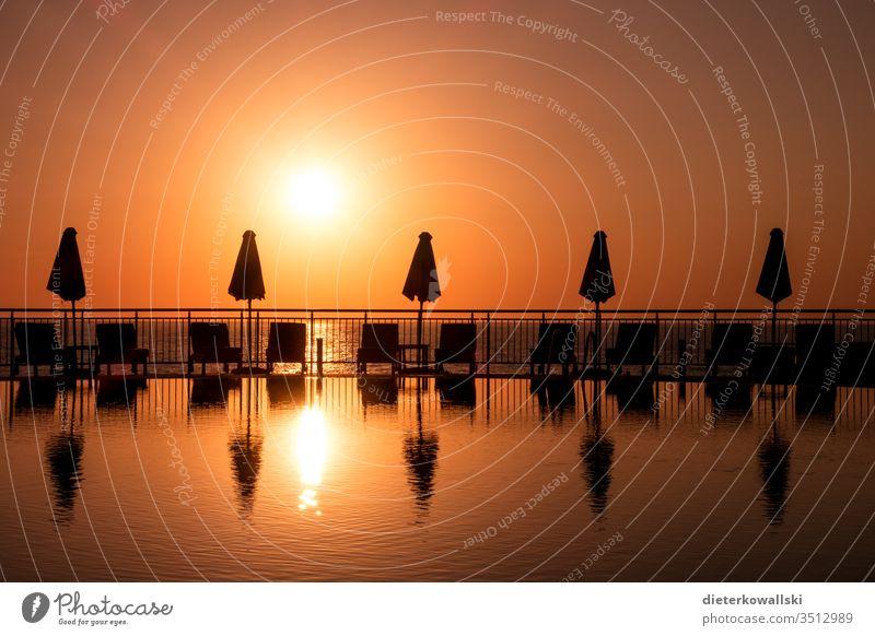 menschenleerer Pool Sonnenuntergang Urlaub Ferien & Urlaub & Reisen Meer Sommer Abend Reisebeschränkung Urlauber Corona Poolliege Dämmerung Sommerurlaub