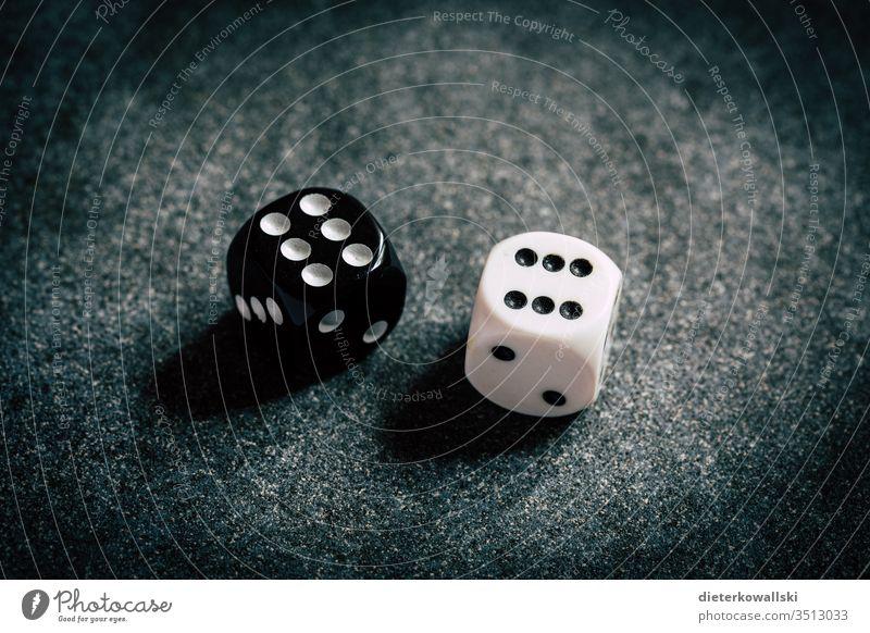 Würfel Schicksal Pasch Schwarz Weiss Spielen Nahaufnahme Ziffern & Zahlen Glücksspiel würfeln Freizeit & Hobby Würfelspiel 6 Spielsucht Erfolg Zufall Unglück