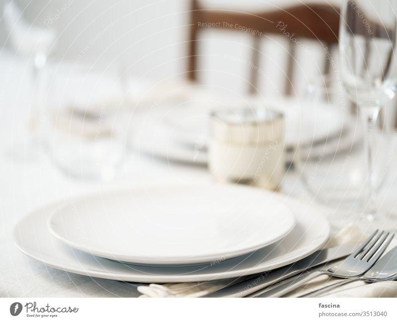 Schöne Tischdekoration in weißen Farben Tabelleneinstellungen romantisches Abendessen Gedeckter Tisch schön Attrappe Textfreiraum Einstellung leer Platten