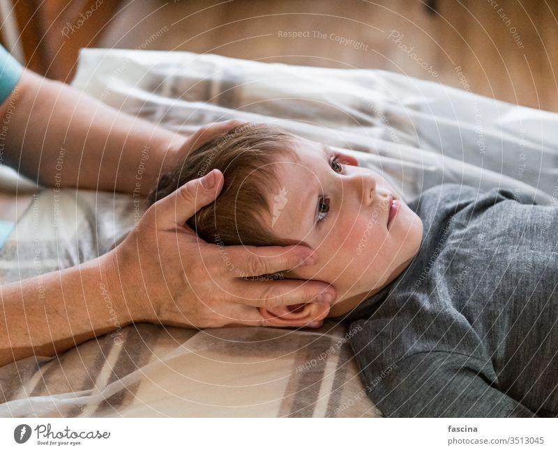 Osteopathische Behandlung für ein Kind wirklich tut manuell Therapeut physiologisch Schädel Therapie Kopf Osteopathie Chiropraktiker Physiotherapie Heilung