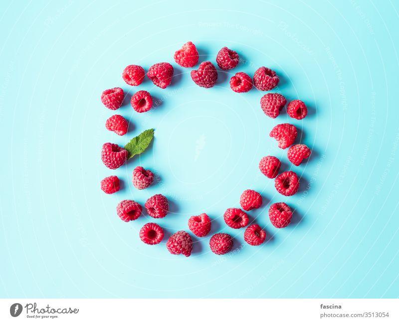 Himbeere in runder Form auf blau, Kopierfeld Himbeeren Hintergrund Textfreiraum Raum vereinzelt Top Ansicht Lebensmittel Farbe Sommer Beeren legen Diät frisch