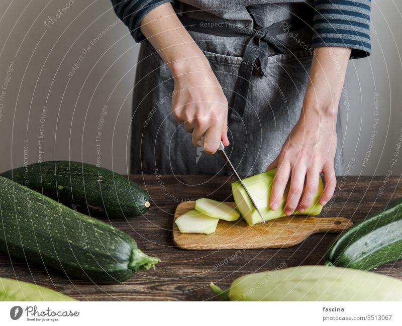 Zucchini-Erntekonzept. Ernten aufgeschnitten Frau Hand Messer frisch organisch Gemüse grün Bestandteil Lebensmittel Pflanze roh Sommer Vegetarier Bauernhof