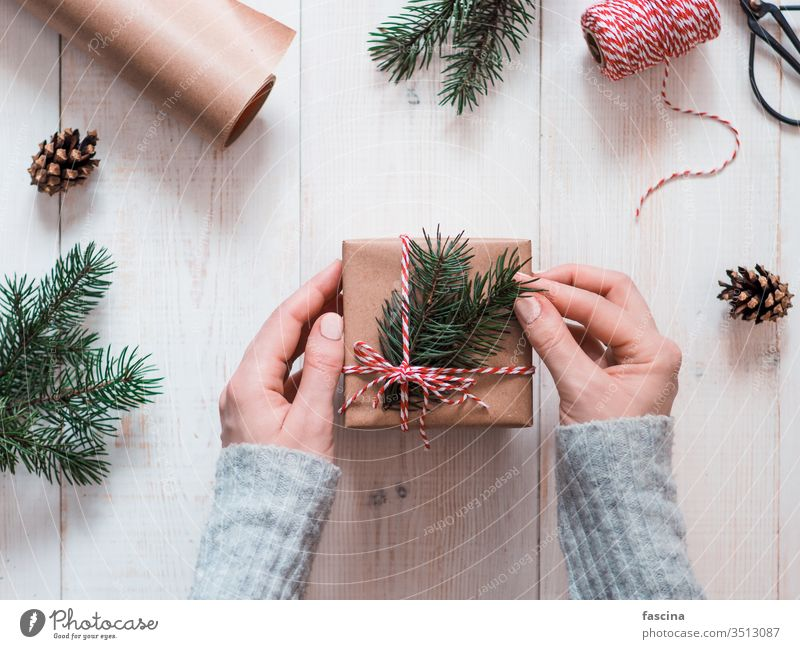 Frau packt Weihnachtsgeschenke in Schachteln Hände altehrwürdig Tisch Kasten präsentieren Feiertag Weihnachten Hygge Menschen eingewickelt Dezember Dekor
