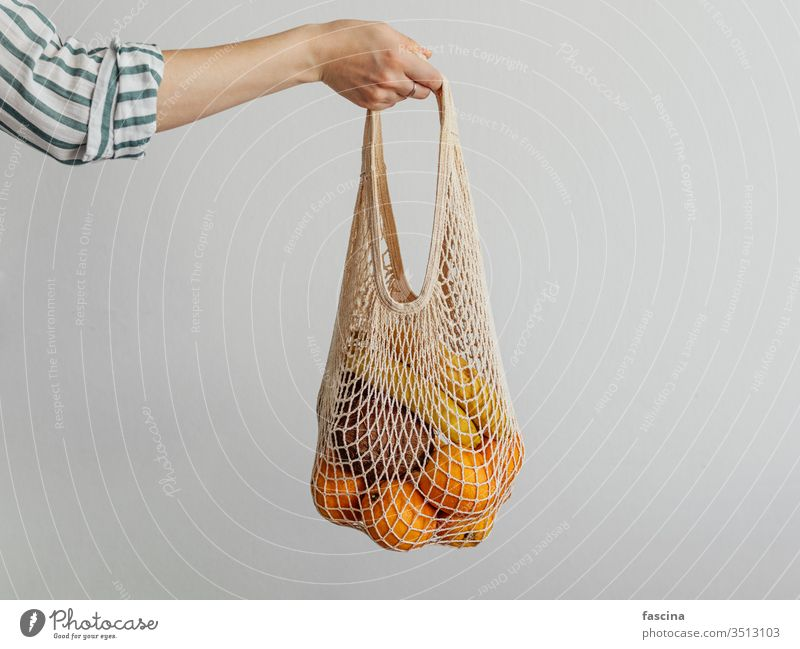 Frau Handgriff Netzbeutel ineinander greifen Tasche keine Verschwendung null Abfall Früchte Schulter kaufen lässig Stil modern Konzept Gewebe Frucht Schnur