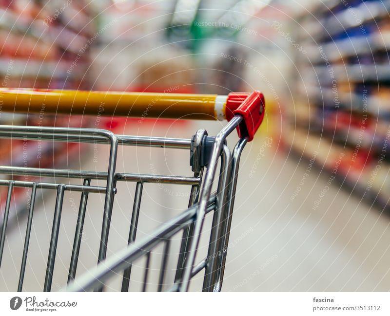 Einkaufswagen im Gang des Supermarkts, Kopierraum Handwagen Lebensmittelgeschäft Werkstatt Karre Laden Markt Einzelhandel Regal Kunde Einkaufsmarkt Verbraucher