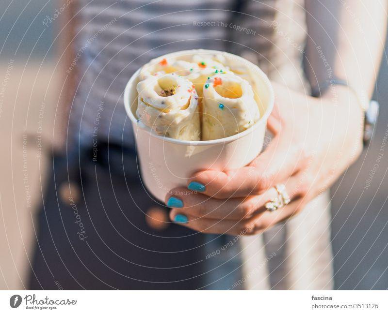 In der Hand gehaltenes gerolltes Eis in Tütenbecher rollen Eiscreme eisbedeckt Speiseeis Sahne Tasse Zapfen Frau gebacken Frucht braten Kopie Raum Textfreiraum