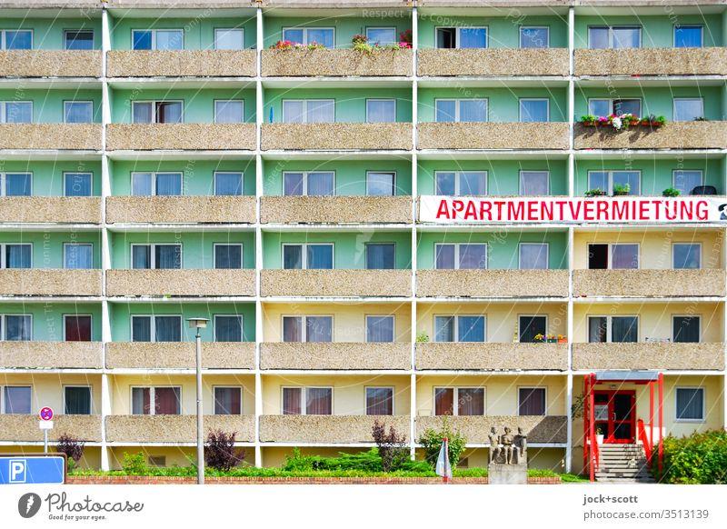 Platte Apartmentvermietung Symmetrie Architektur Fassade Plattenbau Strukturen & Formen Balkon Stil Farbgestaltung Wort Großbuchstaben Statue Parkplatz