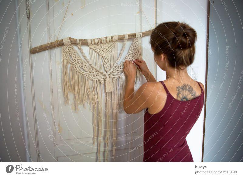 Junge Frau beschäftigt sich zu Hause kreativ mit Makrameearbeiten stay home Kreativität Handarbeit zuhause aktiv zuhause bleiben daheim beschäftigung ideen