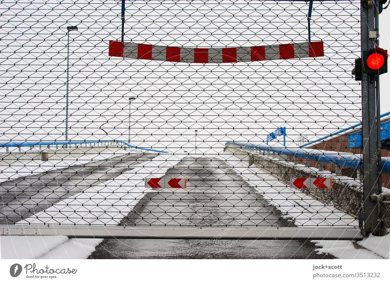 geschlossenes Parkhaus im Schnee Winter Winterstimmung Frost kalt Gatter rote ampel Einfahrt Fahrspur Reflektor Dämmerung Strukturen & Formen Rampe Regel