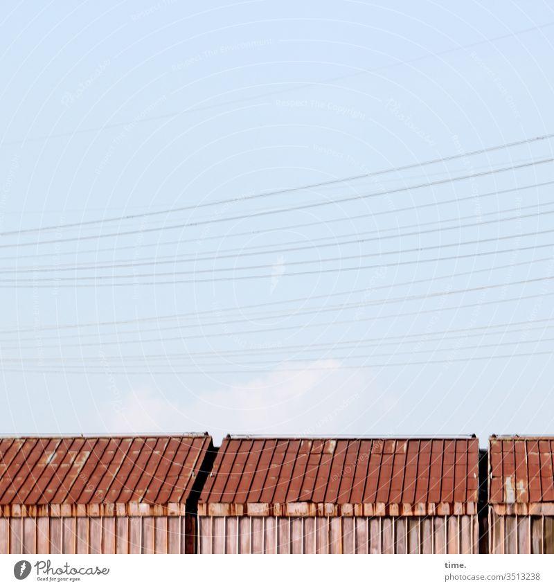 Hamburger Lagerromantik | Dreiklang draußen dach gebäude inspiration kabel strom leitung himmel wolken sonnenlicht geheimnisvoll anschnitt schuppen