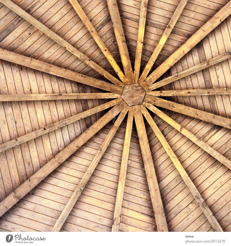 Symmetrie | noch alle Latten im Dach symmetrisch symmetrie architektur gleichmäßig hell gerüst holz konstruktion dach unterseite balken latten stern zentrum