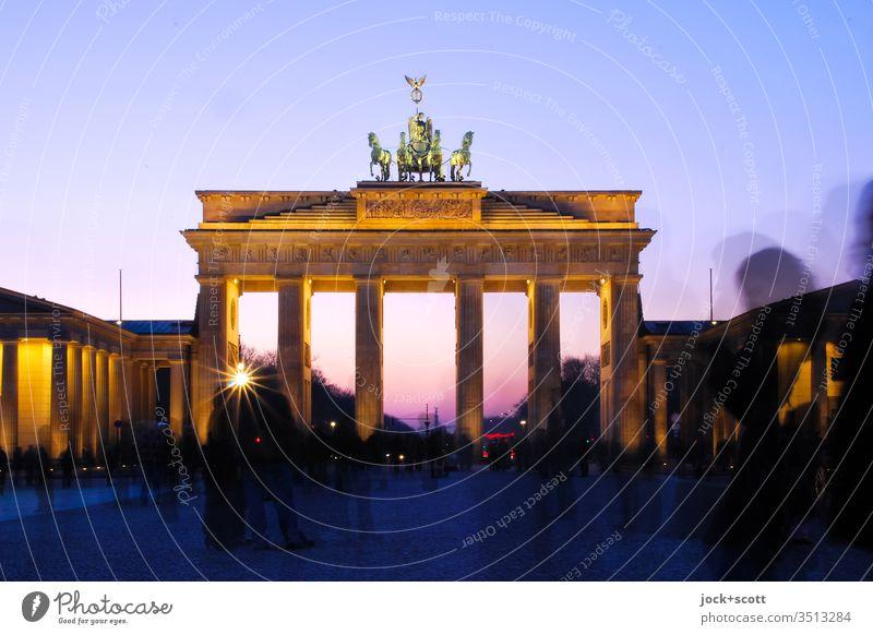 Abendstimmung am großen Tor mit Kutsche Sehenswürdigkeit Wahrzeichen Brandenburger Tor Sightseeing Weltkulturerbe Frühklassik Langzeitbelichtung Silhouette