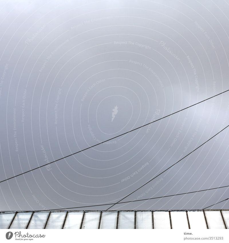 Verschwörungstheorie draußen dach gebäude inspiration reflexion kabel strom leitung himmel wolken sonnenlicht geheimnisvoll anschnitt diffus verkabelt