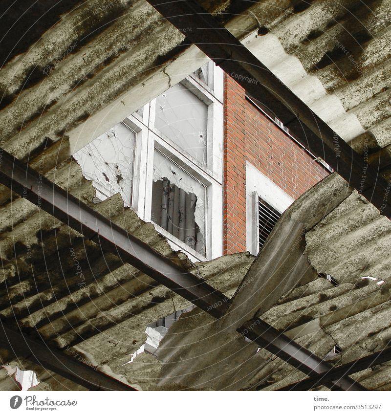 es zieht dach kaputt hauswand fenster mauer loch tageslicht trashig ruine lost place Stahlträger verlassen perspektive sanierungsbedürftig abrisshaus aufgegeben