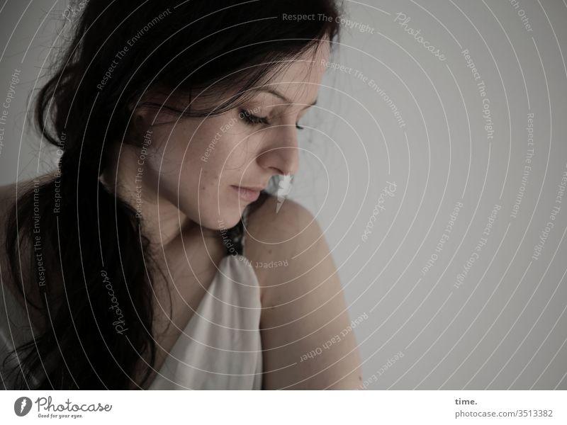 Annika Tänzerin Künstlerin schauspielerin Porträt Innenaufnahme Inspiration Leben Wachsamkeit selbstbewußt beobachten feminin warten melancholie zopf skeptisch