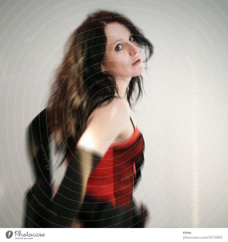 Annika Tänzerin Künstlerin schauspielerin Porträt Sonnenlicht Innenaufnahme Farbfoto Inspiration Leben Wachsamkeit selbstbewußt beobachten feminin Kleid Raum