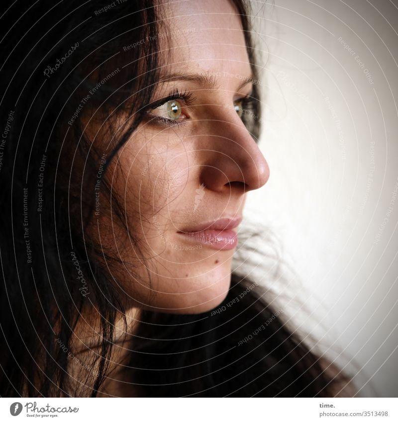 Annika Tänzerin Künstlerin schauspielerin Blick nach vorn Porträt Innenaufnahme Inspiration Leben Wachsamkeit selbstbewußt beobachten feminin warten profil